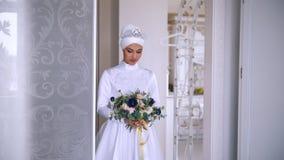 美丽的回教新娘与在美丽的婚礼礼服组成 影视素材