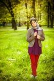 美丽的回教祈祷在念珠/tespih的妇女佩带的hijab 免版税库存照片