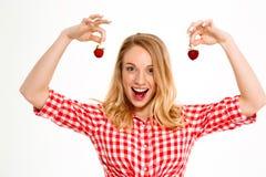 美丽的国家女孩画象用在白色背景的草莓 免版税库存照片