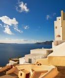 美丽的圣托里尼在希腊,从Oia村庄的破火山口视图 免版税库存图片