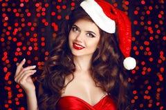美丽的圣诞老人妇女演播室画象 女孩愉快红色微笑 库存图片