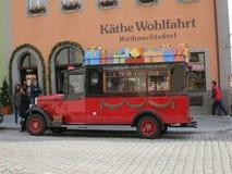 美丽的圣诞节公共汽车 免版税库存照片