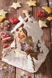 美丽的圣诞节华而不实的屋和曲奇饼特写镜头 Verti 库存照片