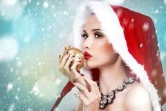 美丽的圣诞节妇女 免版税库存图片
