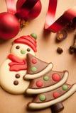 美丽的圣诞节曲奇饼红色丝带 免版税库存图片