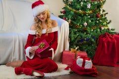 美丽的圣诞节礼品结构树妇女年轻人 免版税库存图片