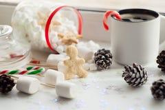 美丽的圣诞节背景曲奇饼、新年甜点和咖啡在白色背景的 库存图片