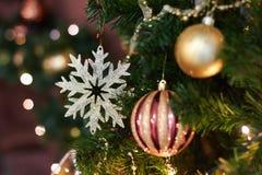 美丽的圣诞节装饰,新年玩具,在黑暗的诗歌选的焕发 用玩具和气球装饰的圣诞树 欢乐心情 库存照片