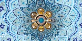 美丽的在中东传统浴房子天花板的绿松石几何建筑学样式在喀山,伊朗 库存图片