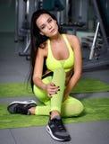 美丽的在健身房的女孩性感的锻炼 库存图片