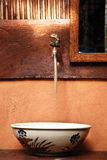 美丽的在北的葡萄酒陶瓷洗手间水槽泰国 免版税库存图片