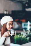 美丽的在咖啡馆的女孩饮用的茶 库存照片