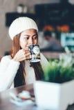 美丽的在咖啡馆的女孩饮用的茶 库存图片