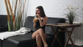 美丽的在懒人的女孩饮用的汁液 影视素材