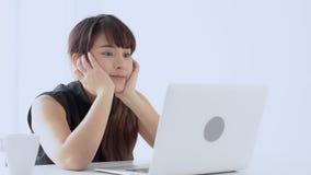 美丽的在手提电脑的画象自由职业者的年轻亚裔妇女乏味和懒惰工作在办公室 股票视频