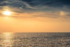 美丽的在海的天空五颜六色的日落 免版税库存照片