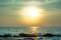美丽的在海的天空五颜六色的日落 库存图片