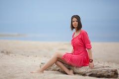 美丽的在海的女孩佩带的镯子 免版税库存照片