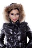 美丽的在演播室的妇女佩带的冬天衣裳 免版税库存图片