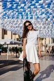 美丽的在白色礼服的妇女年轻深色的穿戴 库存图片
