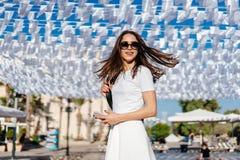 美丽的在白色礼服的妇女年轻深色的穿戴 免版税库存图片