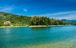 美丽的在蓝天的河公园树绿草 库存照片