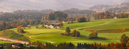 美丽的在阿尔卑斯机智的山农村风景全景  免版税库存照片