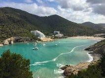 美丽的地中海Cala Llonga海湾,伊维萨岛海岛,西班牙 免版税图库摄影