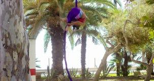 美丽的坚强的年轻体操运动员 股票录像