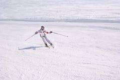 美丽的坡道滑雪妇女 免版税图库摄影