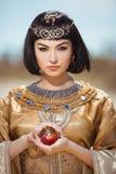 美丽的埃及妇女喜欢帕特拉室外 免版税库存图片