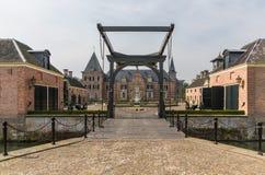 美丽的城堡'Twickel'与在Delden附近的吊桥在荷兰 免版税库存图片