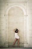 美丽的城堡内部摆在的妇女年轻人 免版税库存照片