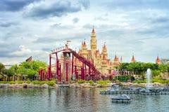 美丽的城堡和过山车 免版税图库摄影