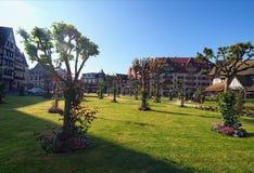 美丽的城市公园和传统建筑在它附近 诺曼底,法国的多维尔,卡尔瓦多斯部门 免版税图库摄影