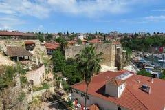 美丽的城市墙壁和餐馆在Antalyas港口附近在Oldtown区Kaleici,土耳其 免版税库存图片