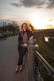 美丽的城市女孩公园纵向 图库摄影