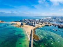 美丽的城市私掠船及船长和船员-圣马洛湾的鸟瞰图在布里坦尼,法国 免版税库存照片