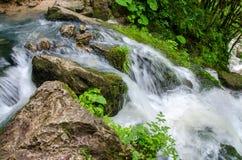 美丽的墙纸牛奶瀑布流程急流小河 高加索森林Isichenko瀑布的, Guamka, Mezmay落矶山脉河 免版税库存图片