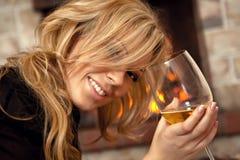 美丽的壁炉女孩 免版税库存照片
