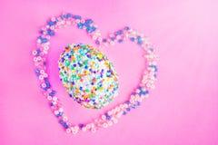 美丽的复活节彩蛋在心脏 免版税图库摄影