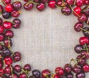 美丽的夏天明信片土气装饰亚麻制和红色莓果 图库摄影
