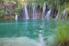 美丽的夏天瀑布 库存图片