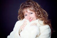 美丽的外套毛皮妇女年轻人 免版税库存图片