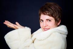 美丽的外套毛皮妇女年轻人 库存图片