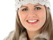 美丽的外套裘皮帽编织修整妇女年轻&# 免版税库存图片