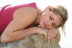 美丽的外部岩石休眠妇女年轻人 免版税库存图片