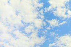 美丽的多云天空 一朵大白色云彩和许多小部分在蓝色背景 A 免版税图库摄影