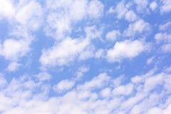 美丽的多云天空 在蓝色背景的许多白色小云彩 一张明亮的图片 免版税库存照片