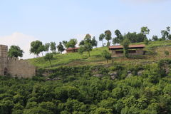 美丽的多山部分和树在大特尔诺沃附近从Tsarevets到Trapezitsa 库存照片